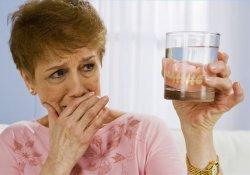 Чтобы не заболеть пневмонией, «фальшивые зубы» надо перед сном вынимать изо рта