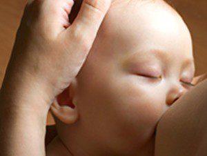 Врачи: прививать ребенка можно грудным молоком