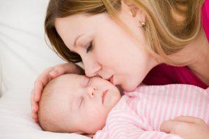 Поцелуй в губы: опасности для малыша