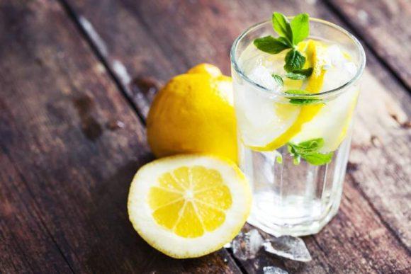 Врачи перечислили полезные свойства воды с лимоном