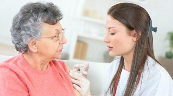 Прививки от гриппа пенсионерам будут присылать по почте