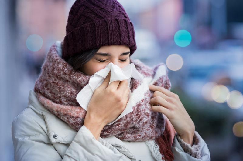 Как правильно кашлять и чихать, чтобы не заразить других
