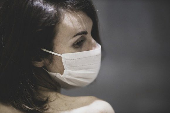 Врач назвал внешние признаки наличия коронавируса