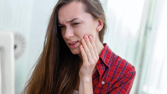 Заболевания десен связали с кратным риском осложнений при COVID-19