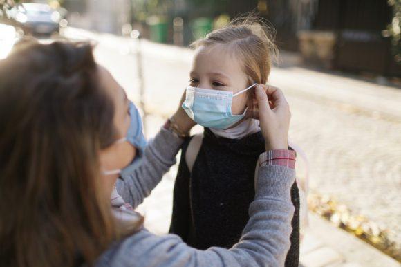 Через несколько лет COVID-19 станет детской болезнью. Так заявляют медики
